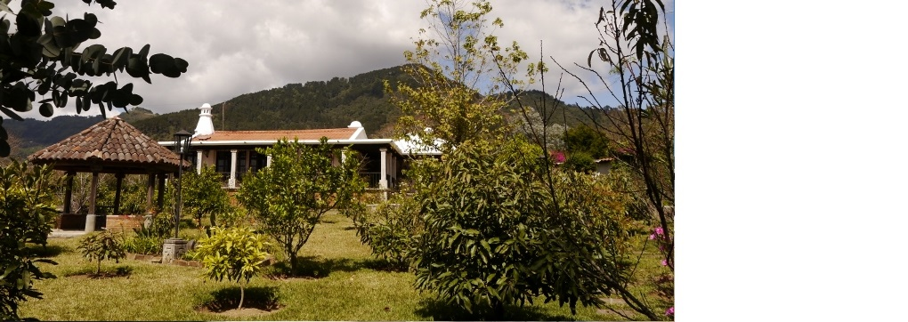 Preciosa propiedad con mas de un cuarto de manzana, casa estilo colonial, precioso entorno con vista sobre los volcanes